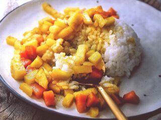 减肥福利 无油快手 素咖喱饭,金黄的色泽 软糯的土豆 带着丝丝甜甜的胡萝卜伴着咖喱的香味,就一口热腾腾的米饭  谁说减肥不能有滋有味的吃!
