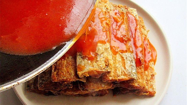茄汁带鱼,将熬好的茄汁浇在摆放好的带鱼上