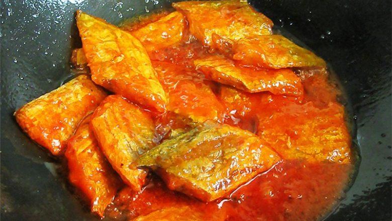 茄汁带鱼,也可以这样,把炸好的带鱼倒进茄汁里裹一下,再夹出来摆盘,这样更入味