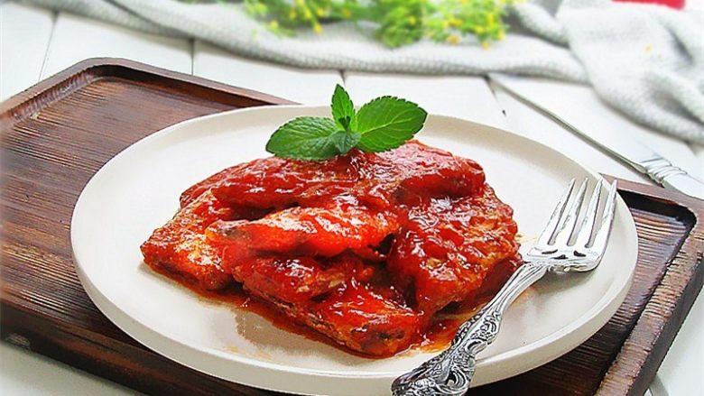 茄汁带鱼,放上薄荷叶或者葱花装饰一下,即可上桌啦,是不是很好看啊?