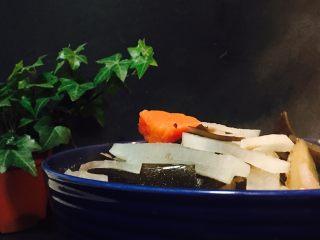 萝卜海带汤,美丽的,冒着仙气的萝卜汤好了。
