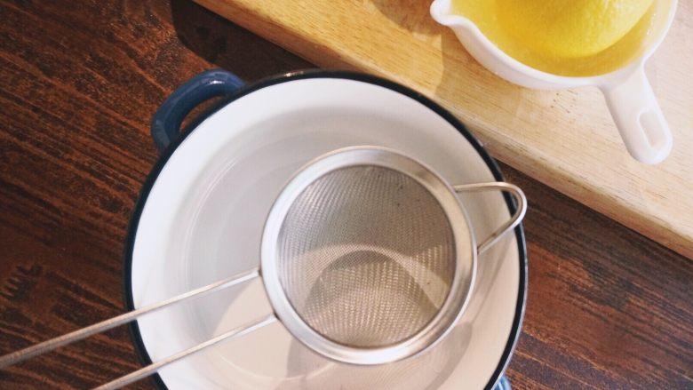 缤纷果蔬春卷,准备一个装蘸料的碗,放上过滤筛