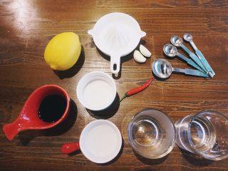 缤纷果蔬春卷,准备春卷蘸料需要的材料,蘸料配方里所有材料的分量都是用相同的单位。