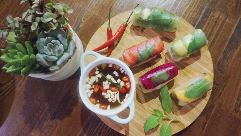 缤纷果蔬春卷,缤纷蔬果春卷里面包含了大量春天新鲜的蔬菜,营养价值非常高。满卷春色藏不住。