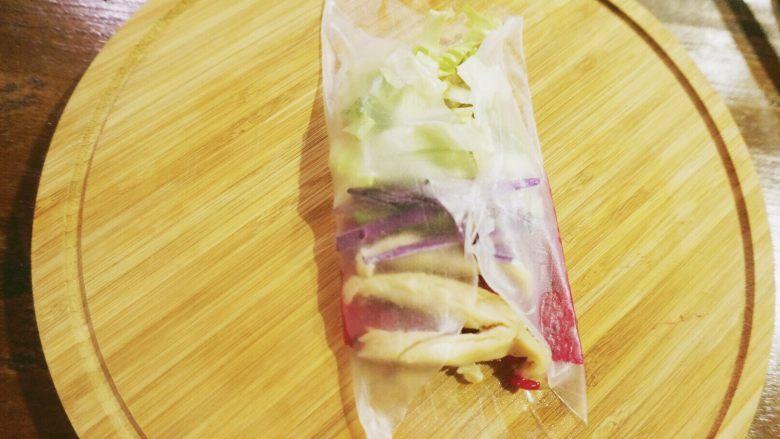 缤纷果蔬春卷,两边的春卷皮包起来,然后由蔬菜那边开始包,卷到水果那边,配方里的春卷皮是最小号的,如果大一点的春卷皮可以自己摸索一下怎么包好看。