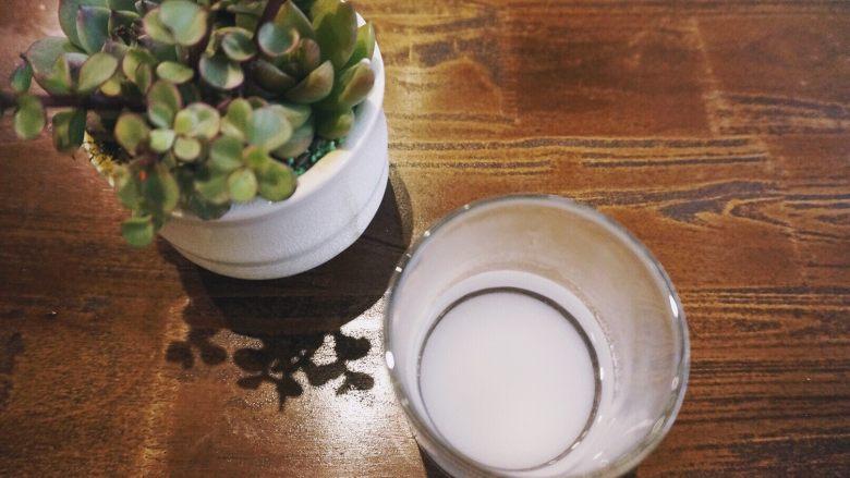缤纷果蔬春卷,将细砂糖倒入温水中,搅拌到细砂糖完全融化,待凉,此步骤的作用是混合蘸料的时候不要出现还没有融化的糖颗粒。