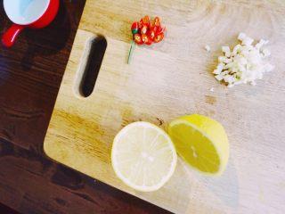 缤纷果蔬春卷,小米椒、蒜头切粒,蒜头不必切成蒜末能散发出香味就可以,柠檬切开两半。