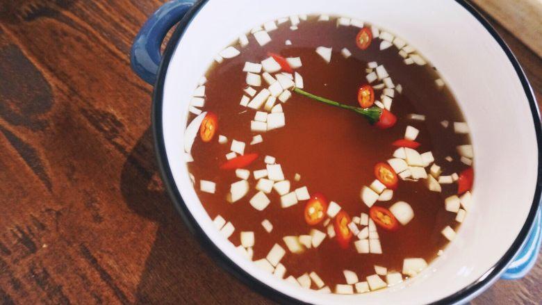 缤纷果蔬春卷,完成好的春卷蘸料放冰箱冷藏