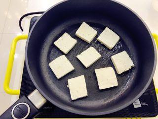 宝宝辅食:西红柿烧豆腐-18M+ ,热锅,倒入少许植物油(比平时炒菜要再少一点),把豆腐小心放入锅中。 》如果觉得煎豆腐麻烦或者不想给宝宝吃太多煎的,可以直接把豆腐焯水后放在番