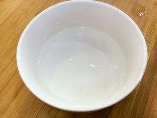 宝宝辅食:自制酸奶-12M+ ,将容器用刚烧好的开水烫一下,然后用厨房纸擦干。