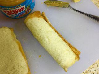 香蕉吐司卷,卷好的香蕉吐司放一边备用