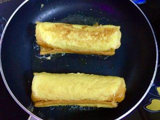 香蕉吐司卷,用慢火将吐司卷煎至金黄色