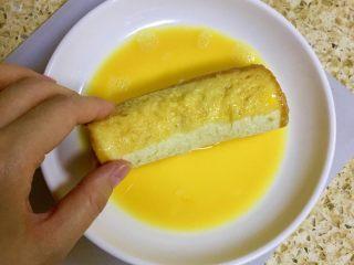 香蕉吐司卷,让吐司卷充分的裹上蛋液