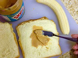 香蕉吐司卷,将花生酱涂抹在吐司上