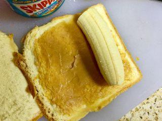 香蕉吐司卷,把香蕉切成吐司的长度,放到吐司上的一边,慢慢的往内卷