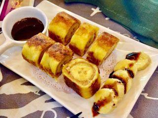 香蕉吐司卷,噔,噔,噔!美味的香蕉吐司卷做好啦🤗 配上巧克力酱醺点来吃更美味哦……