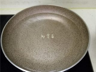 香椿厚蛋烧,锅里倒入适量清水烧开;