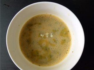 香椿厚蛋烧,将香椿末放入蛋液里,搅拌均匀;
