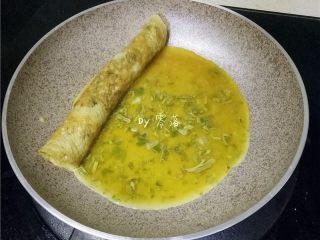 香椿厚蛋烧,蛋饼不要盛出,在锅子空白处,继续倒入薄薄一层蛋液;
