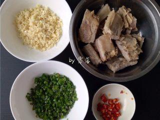 蒜香腊排骨,将排骨捞出,用清水洗净;大蒜,小米辣切末;再切点葱花,小葱1颗就够了;