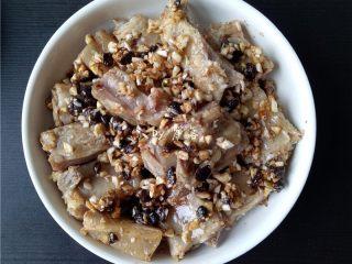 蒜香腊排骨,将排骨放在蒸碗里,碗底的佐料浇在排骨上;