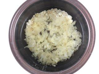 银耳莲子燕麦粥,加入适量的水。