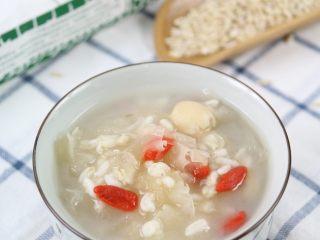 银耳莲子燕麦粥,煲好的银耳糯糯的,燕麦也有一定的嚼劲,口感很不错哦。