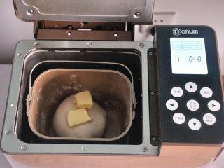 口袋三明治,揉至面筋扩展,表面光滑,加入软化的黄油。