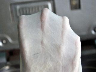 口袋三明治,选择揉面程序10分钟面团揉至完全阶段,拉出手套膜。
