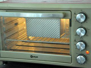 口袋三明治,放入预热好的烤箱,上下火175度,时间38分钟左右。(时间与温度请参照自家烤箱脾气),如表面上色较深,可在20分钟后加盖一张锡纸。