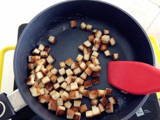 宝宝辅食:吐司爆米花-24M+ ,倒入之前准备好的吐司丁,用铲子搅拌均匀,液体都被吐司吸收,然后炒干就可以出锅啦。
