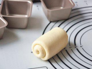 淡奶油椰蓉面包卷, 卷好后,在中间切开,分成2个面团。