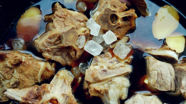 红烧羊蝎子, 锅中加适量温水,将辅料中的其他调料倒入拌匀。