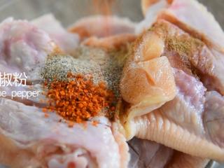 有秘方!又香又脆的香辣脆皮鸡翅,倒入胡椒粉、辣椒粉、五香粉、料酒、盐