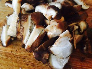 黑木耳鸡蛋炒刀豆,香菇洗的时候,可以加点盐浸泡一下,随后冲洗几遍即可。一只香菇,切个四刀差不多。