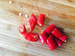 黑木耳鸡蛋炒刀豆,两只辣椒,切一下