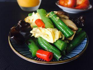 黑木耳鸡蛋炒刀豆,炒好的刀豆。