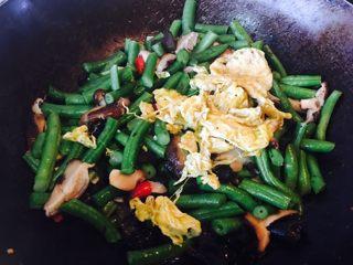 黑木耳鸡蛋炒刀豆,加入炒好的鸡蛋。