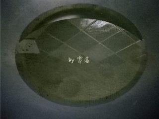 水煮带鱼,锅里倒入适量植物油;油量比平时炒菜的油量多一点;