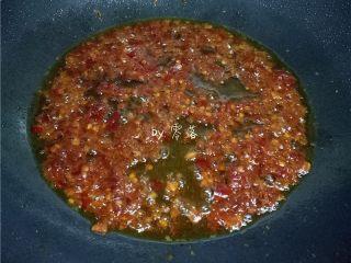 水煮带鱼,另起油锅,放入郫县豆瓣酱炒香;