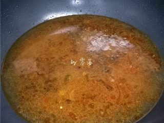 水煮带鱼,倒入两大碗清水;