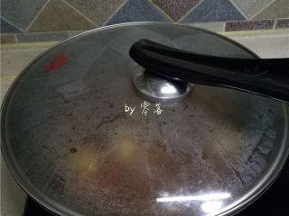 水煮带鱼,加盖,烧开;烧开后再煮5分钟左右;