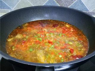 水煮带鱼,放入甜椒、二荆条,煮30秒关火;