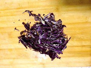 松柳芽苗三丝,吃出春天好身材,洗干净的紫甘蓝切丝。
