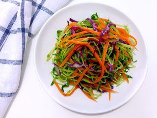 松柳芽苗三丝,吃出春天好身材,用碗1个,调入盐、生抽、麻油、米醋,用深碗1个,加入松柳苗、紫甘蓝丝、胡萝卜丝,倒入调料,拌匀即可。