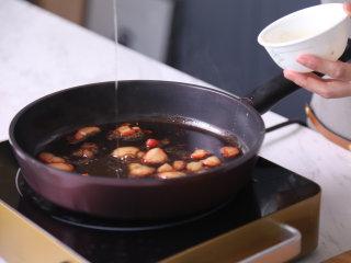 高级又容易做的草莓酱黑醋汁鸭胸肉,把黑醋加入锅内,再加入草莓和小米椒,最后加入蜂蜜,熬煮至香味浓郁