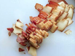 蒜苗炒腊肉,腊肉切片、放碗中加内开水泡15分钟