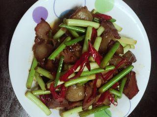 蒜苗炒腊肉,装盘