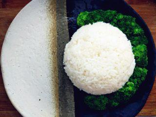 日式照烧鸡腿饭,将米饭盛好,切好的鸡腿和西兰花、胡萝卜摆好