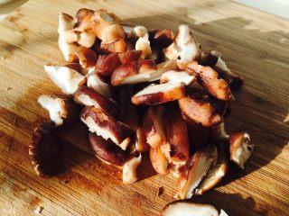 爱心早餐,香菇洗净,切一下,一般一个香菇切四刀,这样的宽度。